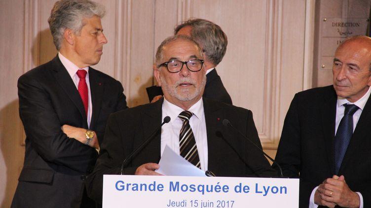 Le recteur de la mosquée de Lyon, Kamel, Kabtane, lors d'un discours avec le ministre de l'Intérieur, Gérard Collomb, le 15 juin 2017. (MATHIS BOUSSUGE / CROWDSPARK/AFP)