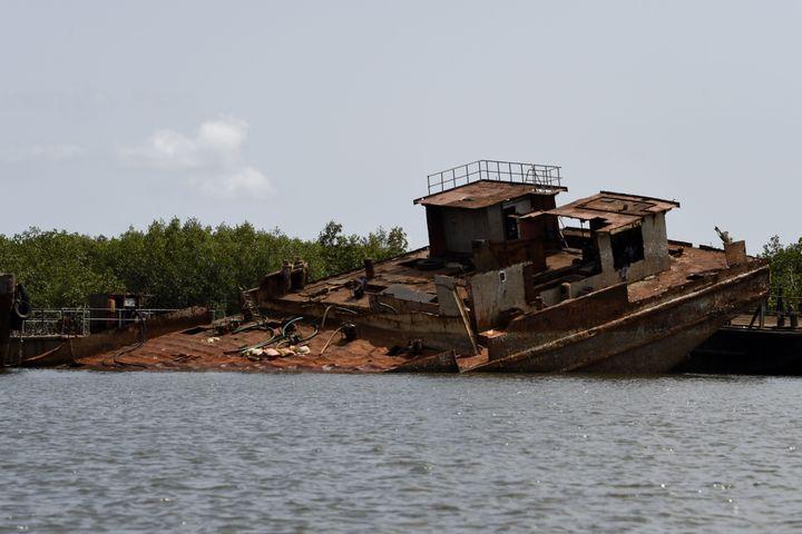 Les 850 km de côte que compte le Nigria sont devenus un cimetière marin informel. Des centaines d'épaves ysont autant de sources de revenus. (PIUS UTOMI EKPEI / AFP)