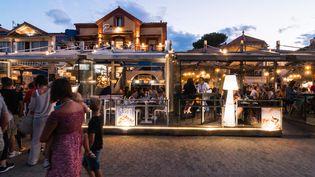 Des touristes dînent dans les restaurants à Argelès-sur-Mer (Pyrénées-Orientales), le 14 juillet 2021. (STEPHANE FERRER YULIANTI / HANS LUCAS / AFP)