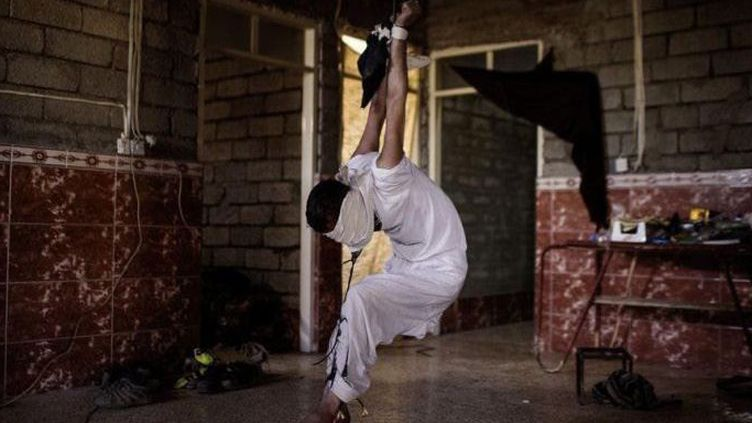Un jeune homme suspendu au plafond et roué de coups par des soldats irakiens à Mossoul. Une des photos du reporter, Ali Arkady, publiées par l'hebdomadaire allemand Der Spiegel, sur les pratiques de la torture à l'encontre de civils accusés de sympathie pour Daech. (Ali Arkady pour Der Spiegel)