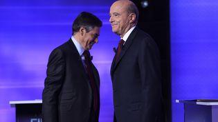 Alain Juppé et François Fillon lors du dernier débat télévisé avant le second tour de la primaire de la droite, le 24 novembre 2016. (ERIC FEFERBERG / AFP)