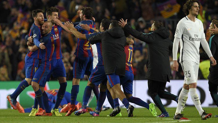 La joie du collectif barcelonais contraste avec le dépit du milieu parisien Adrien Rabiot, perdu, l'air hagard. (LLUIS GENE / AFP)