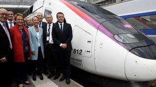 Le président de la République, Emmanuel Macron, en compagnie des ministres Jean-Yves Le Drian et Elisabeth Borne, ainsi que du président de la SNCF, Guillaume Pepy, le 1er juillet 2017 à Rennes, après l'inauguration de la nouvelle ligne à grande vitesse entre Paris et Rennes. (FRED TANNEAU / AFP)