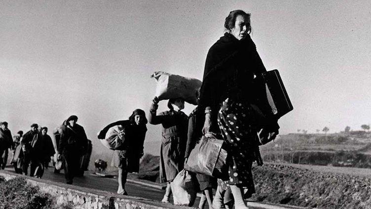 Robert Capa - Réfugiés marchant sur la route entre Barcelone et la frontière franco-espagnole, 25-27 janvier 1939  (International Center of Photography / Magnum Photos)