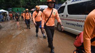 Une équipe de secours, le 8 juillet 2018, sur la zone d'intervention de Tham Luang dans le nord de laThaïlande, où a commencé dimanche matin ladélicate opération de sauvetage des 12 adolescents et de leur entraîneur de football coincés depuis une quinzaine de jours dans une grotte inondée. (LILLIAN SUWANRUMPHA / AFP)