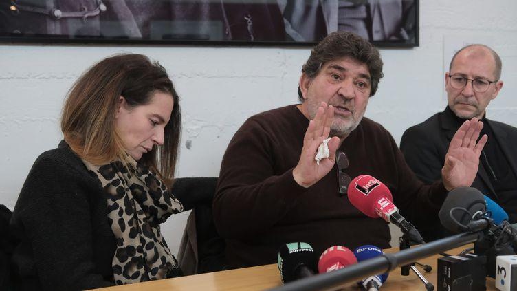 Le père et la soeur de Cédric Chouviat, un livreur de 42 ans mort vendredi 3 janvier lors d'une interpellation policière, donnent une conférence de presse mardi 7 janvier au siège de la Ligue des droits de l'homme à Paris. (LP/OLIVIER LEJEUNE / MAXPPP)
