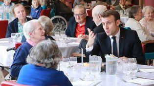 Emmanuel Macron lors de sa visite dans unEhpaddu 13e arrondissement de Paris, le 6 mars 2020. (LUDOVIC MARIN / AFP)