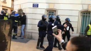 """Sur une vidéo, on peut voir un commandant de police en train de frapper des personnes lors d'une manifestation de """"gilets jaunes"""" à Toulon (Var), le 5 janvier2019. (CAPTURE D'ÉCRAN / RADIO FRANCE)"""
