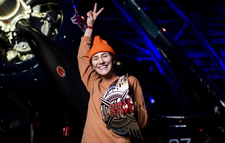 La B-Girl russe Kastet, 22 ans, a conservé son titre (une première pour une femme), en remportant la finale mondiale RedBull BC One, à Salzbourg (Autriche), le 28 novembre 2020. (LITTLE SHAO / RED BULL CONTENT POOL / AFP)