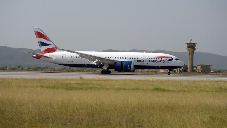 Un avion de la compagnie aérienne British Airways le 3 juin 2019 à l'aéroport d'Islamabad (Pakistan). (AAMIR QURESHI / AFP)
