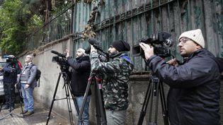 Des journalistes devant le domicile de Carlos Ghosn à Beyrouth (Liban), mardi 31 décembre 2019. (ANWAR AMRO / AFP)