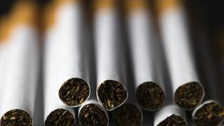 """Le prix du paquet de cigarettes devrait être de 13,07 euros, si l'on prenait en compte son """"coût social"""", c'est-à-dire ce que le tabagisme coûte à la collectivité, selon une étude réalisée parMicroeconomix, un cabinet de recherche et d'expertise économiques. (JOEL SAGET / AFP)"""