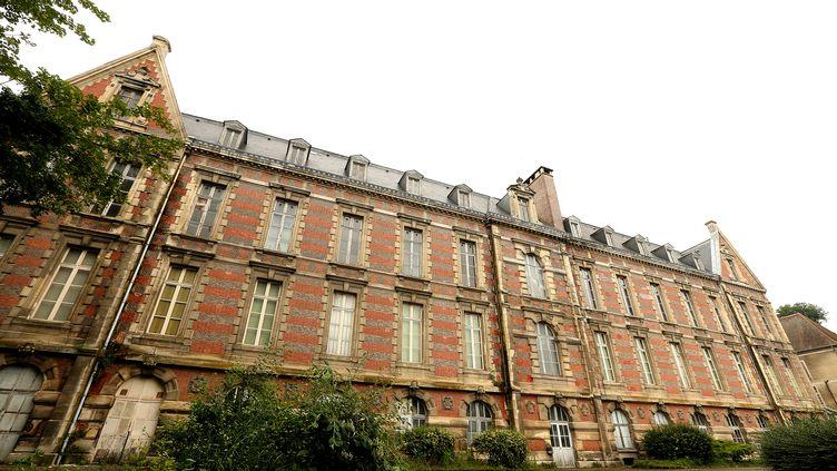 L'hôtel-Dieu, situé à Chateau-Thierry (Aisne), est aujourd'hui innaccessible. Fondé en 1304, l'édifice hospitalier prend la forme que l'on connait aujourd'hui aprèsune reconstruction en 1873. Construit sur un sol argileux, ilnécessite un investissement de 7,5 millions d'euros pour être préservé. (FRANCOIS NASCIMBENI / AFP)