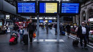 Des passagers à la gare de l'Est, à Paris, le 3 janvier 2020. (SADAK SOUICI / LE PICTORIUM / MAXPPP)