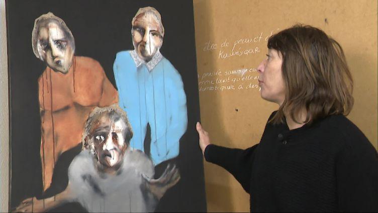 La peinte-dessinatrice Valérie Gavaud et l'un de ses tableaux (France 3 Poitou-Charentes / F. Tabuteau)