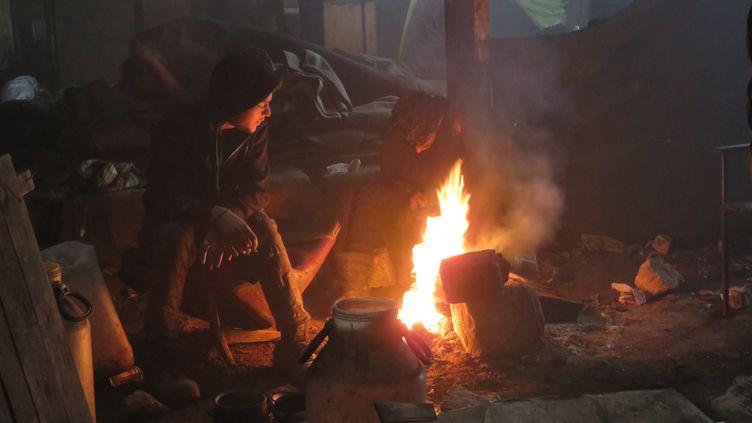 Dans un entrepôt désaffecté de Belgarde, les migrants brûlent ce qu'ils peuvent pour tenter de se réchauffer (CARE)