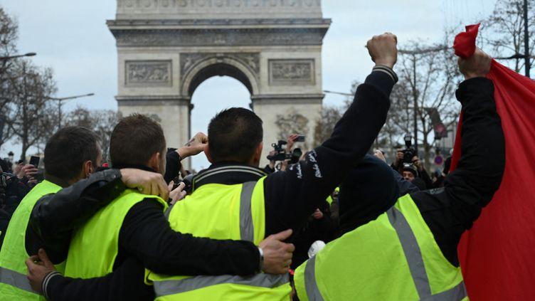 """Des """"gilets jaunes"""" manifestent face à l'Arc de triomphe, le 8 décembre 2018, à Paris. (GREG LOOPING / HANS LUCAS)"""