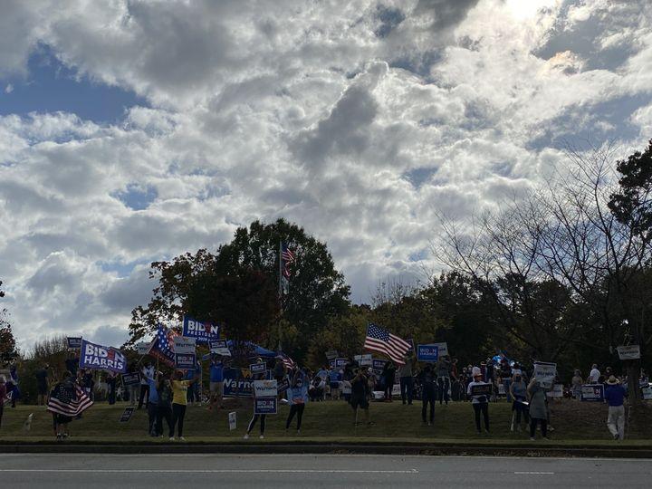 Des militants démocrates font la fête le long d'Atlanta Road, à Smyrna (Géorgie, Etats-Unis), le 8 novembre 2020. (RAPHAEL GODET / FRANCEINFO)