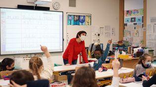 Une classe de CE2 à Bruyères-le-Châtel (Essonne). (MYRIAM TIRLER / HANS LUCAS / AFP)