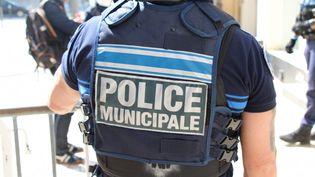 La police municipale contrôle les attestations de sortie dérogatoire pour faire respecter le confinement mis en place pour contrer l'épidémie de coronavirus-Covid 19 (photo d'illustration).   (CLAIRE LEYS / FRANCE-BLEU DRÔME-ARDÈCHE)