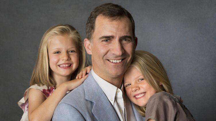 Le futur roi d'Espagne, Felipe, pose avec ses filles, le 18 juin 2014 à Madrid (Espagne). (CASA DE S. M. EL REY / NOTIMEX / AFP)