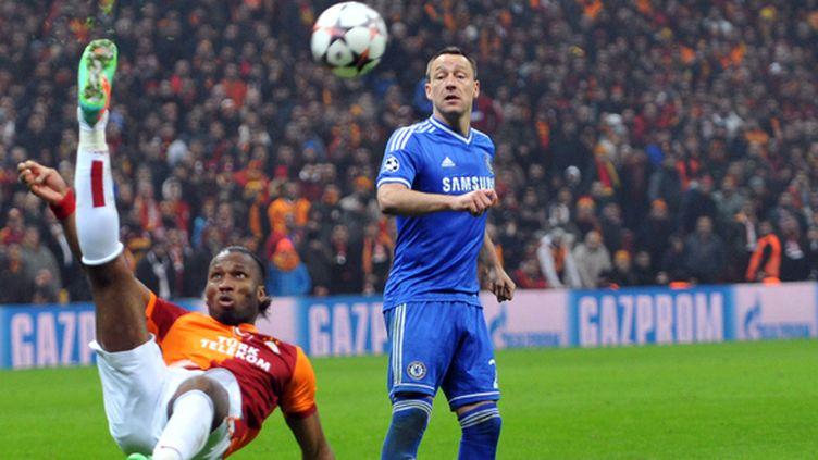 Drogba tente un retourné devant Terry (OZAN KOSE / AFP)