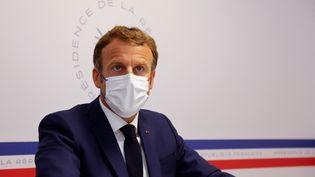 Le président français, Emmanuel Macron, au Fort de Brégançon, à Bormes-les-Mimosas (Var), le 11 août 2021. (ERIC GAILLARD  / AFP)