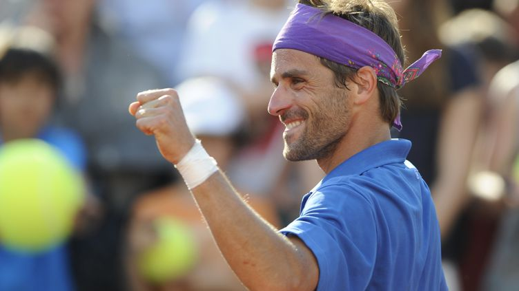 Arnaud Clément lève le poing après sa victoire face au RusseAlex Bogomolov Jr, le 28 mai 2012, à Roland-Garros (Paris). (PASCAL GUYOT / AFP)
