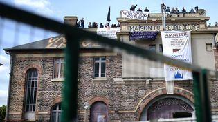 Les occupants de la salle de la cité, à Rennes, sur le toit du bâtiment, le 3 mai 2016. (JEAN-SEBASTIEN EVRARD / AFP)