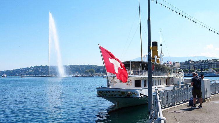 Le jet d'eau à Genève sur le lac Léman. (STÉPHANE MILHOMME / FRANCE-INFO)