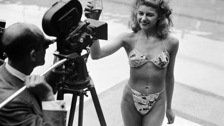 Une candidate à l'élection de la plus jolie baigneuse à la piscine Molitor portele tout premier bikini inventé par Louis Réard. (AFP)