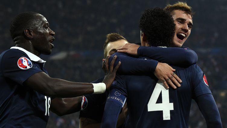 Raphaël Varane félicité par Antoine Griezmann après son but. (FRANCK FIFE / AFP)
