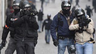 Des policiers utilisent des LBD lors d'une manifestation à Nantes (Loire-Atlantique), le 26 janvier 2019. (SEBASTIEN SALOM GOMIS / AFP)
