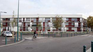Un cycliste traverse le quartier du Val Fourré, à Mantes-la-Jolie, le 7novembre 2013. (JACQUES DEMARTHON / AFP)