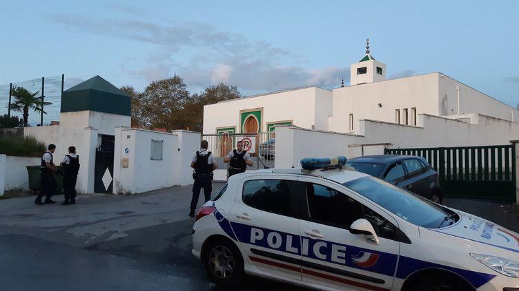 Des policiers devant la mosquée de Bayonne, lundi 28 octobre. (NATHALIE BAGDASSARIAN / FRANCE-BLEU PAYS BASQUE)