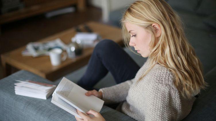 Jeune fille de 18 ans lisant un livre, France. (CATHERINE DELAHAYE / STONE RF)