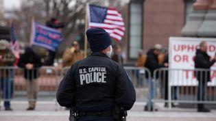 Un officier de police du Capitole devant des partisans de Donald Trump, à Washington, aux Etats-Unis, le 6 janvier 2021. (CHERISS MAY / GETTY IMAGES NORTH AMERICA / AFP)