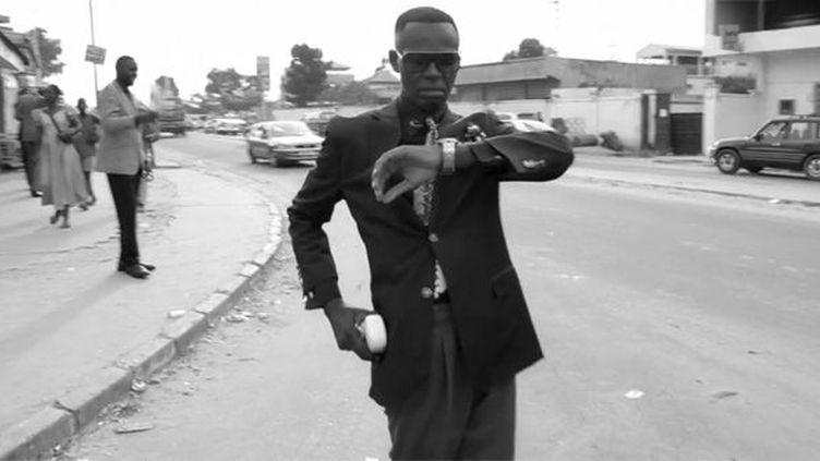 Un sapeur dans les rues de Brazzaville  (Un Livre, Un Jour )