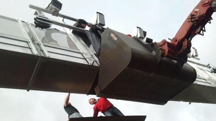 Les manifestants écotaxe sont monté sur le portique de Saint-Allouestre dans le Morbihan. (MANON LE CHARPENTIER / FRANCE 3 BRETAGNE)
