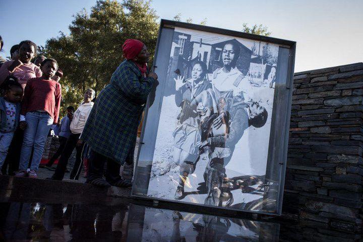 Sa photo, prise le 16 juin 1976, a attiré l'attention du monde entier sur la brutalité du régime de l'apartheid.   (JOHN WESSELS / AFP)