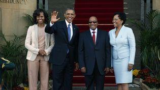 Le couple Obama, accueilli par le président sud-africain Jacob Zuma et son épouse, à Pretoria, le 29 juin 2013. (JEROME DELAY / AP / SIPA)