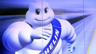 Le bibendum Michelin, symbole de l'entreprise, représenté sur une affiche lors d'une conférence de presse à Paris, en 2016. (BERTRAND GUAY / AFP)