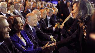 Ségolène Royal et Valérie Trierweiler se saluent, lors du meeting de François Hollande à Rennes, le 4 avril 2012. (FRED DUFOUR / AFP)