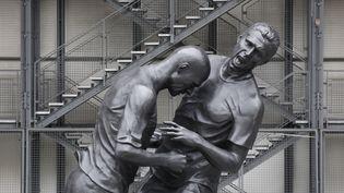 """L'œuvre """"Coup de tête"""", du plasticienAdel Abdessemed, est exposée devant le Centre Pompidou à Paris depuis le 25 septembre 2012. (CHRISTIAN HARTMANN / REUTERS)"""