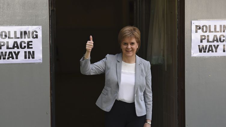 La Première ministre écossaise, Nicolas Sturgeon, sort d'un bureau de vote le 23 juin 2016, à Glasgow, à l'occasion du référendum sur le Brexit au Royaume-Uni. (CLODAGH KILCOYNE / REUTERS)