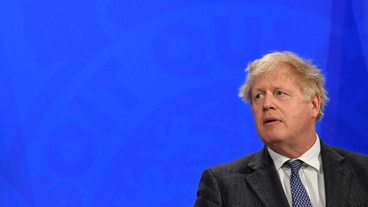Le Premier ministre britannique, Boris Johnson, lors d'une conférence de presse à Londres (Royaume-Uni), le 20 avril 2021. (TOBY MELVILLE / AFP)