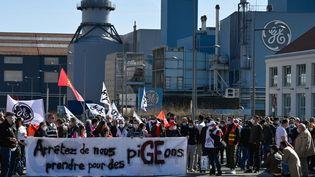 Des employés du géant américain General Electric (GE) manifestent devant l'entrée principale de l'usine de Belfort (Territoire de Belfort), le 29 mars 2021. (SEBASTIEN BOZON / AFP)