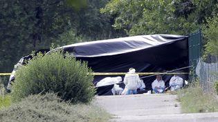 La police scientifique inspecte la scène oùune tête et un corps ont été trouvés après l'attaque de l'usine de gaz Air Products, à Saint-Quentin-Fallavier (Isère), le 26 juin 2015. (MAXIME JEGAT / MAXPPP)