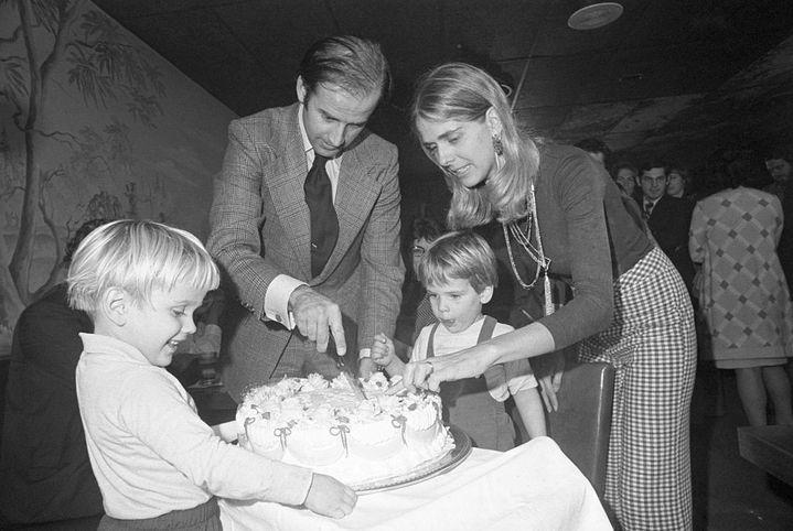 Joe Biden fête ses 30 ans avec sa femme Neilia et ses fils, Beau et Hunter, le 20 novembre 1972 à Wilmington (Delaware). (BETTMANN / GETTY IMAGES)