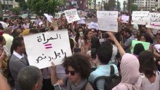 Au Maroc, une manifestation a eu lieu mercredi 23 août à Casablanca et dans plusieurs villes. Tout part d'une vidéo qui montre l'agression sexuelle d'une jeune femme dans un bus sans que personne ne réagisse. (FRANCE 3)